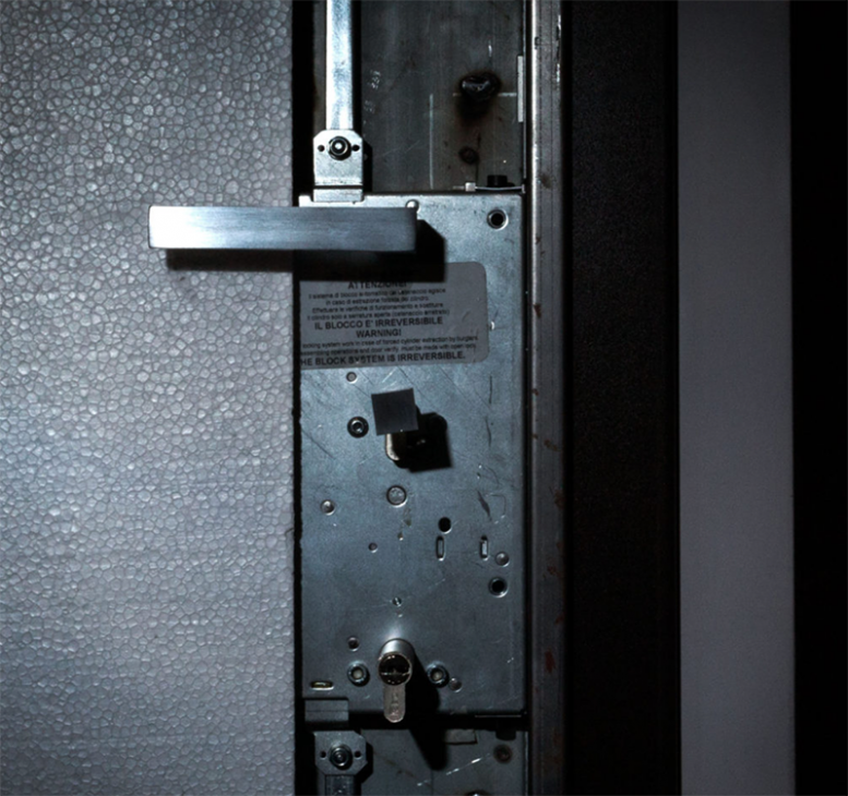 Particolare serratura portone esterno