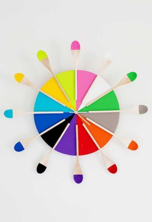 Orologi creativi fai da te con i cucchiai di legno, da abeautifulmess.com