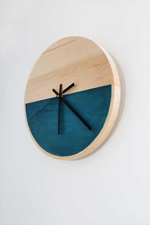 Orologi creativi fai da te in legno, da almostmakesperfect.com