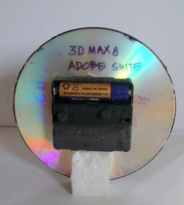 Idee per riciclare vecchi cd: orologio, parte 3, da madebylakshmi.com