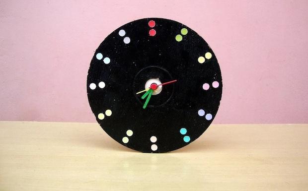 Idee per riciclare vecchi cd: orologio da tavolo, da madebylakshmi.com