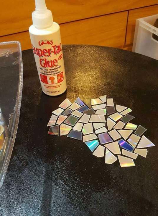 Riciclo creativo vecchi cd: mosaico per il tavolo, parte 2, da instructables.com