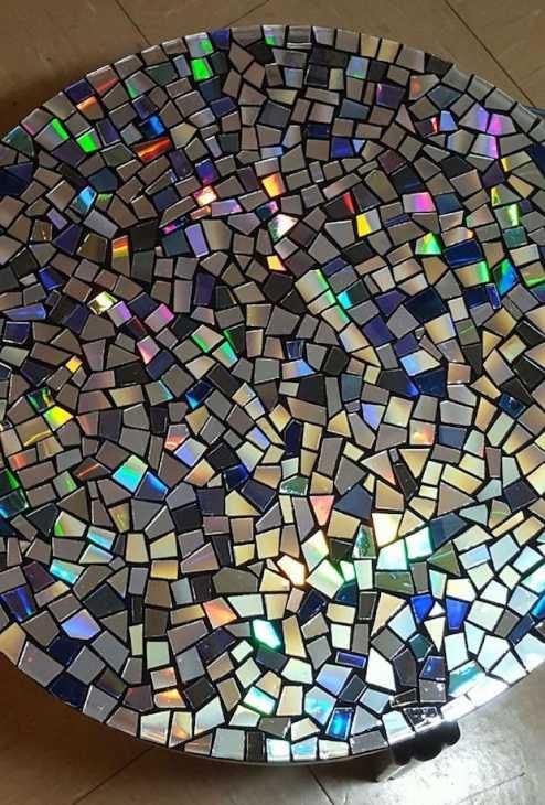 Riciclo creativo vecchi cd: mosaico per il tavolo, da instructables.com