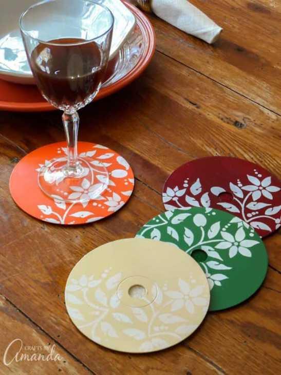 Sottobicchieri creativi con vecchi cd: decoupage, da craftsbyamanda.com