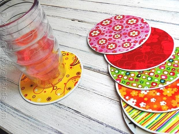 Sottobicchieri con cd rivestiti di stoffa, da craftsbyamanda.com