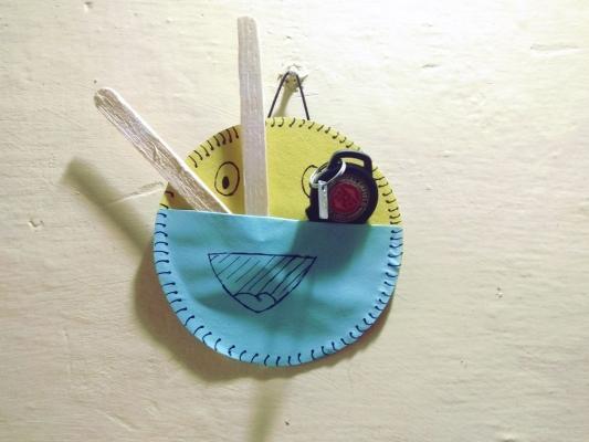 Tasca portaoggetti con il riciclo creativo vecchi cd, da instructables.com