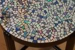 Riciclo creativo: un mosaico di cd per il tavolino, da instructables.com