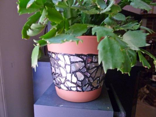 Decorare i vasi con pezzi di vecchi cd, da makeiteasycrafts.com