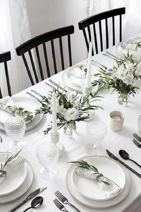 Tovaglia bianca per una tavola invernale, da homeyohmy.com