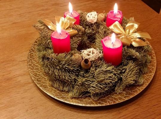 Mettere la ghirlanda su un mobile con delle candele