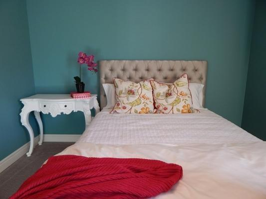 Cuscini e plaid anche in camera da letto