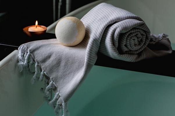 Candele e teli avvolgenti in bagno