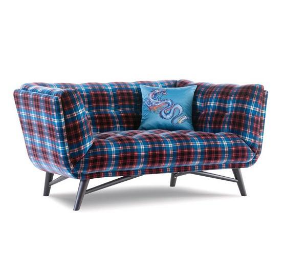 Il divano in tartan è un perfetto compagno di relax, da Roche Bobois