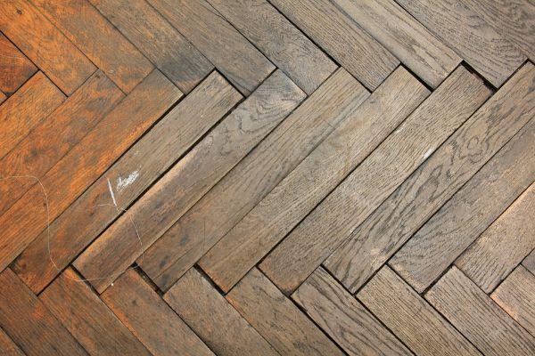 Pavimento a spina di pesce in legno