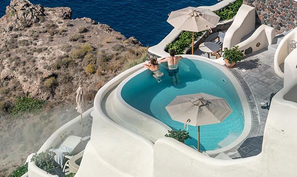 Il relax in piscina alla corretta distanza dai confini del lotto