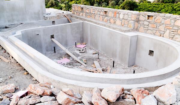 La piscina interrata non richiede distanza di 3 mt dagli edifici adiacenti