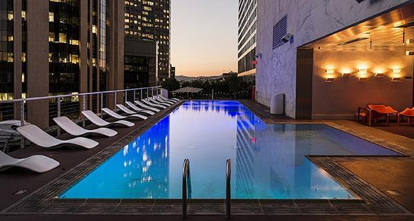 La piscina sul tetto di un edificio preesistente non è soggetta al rispetto delle distanze