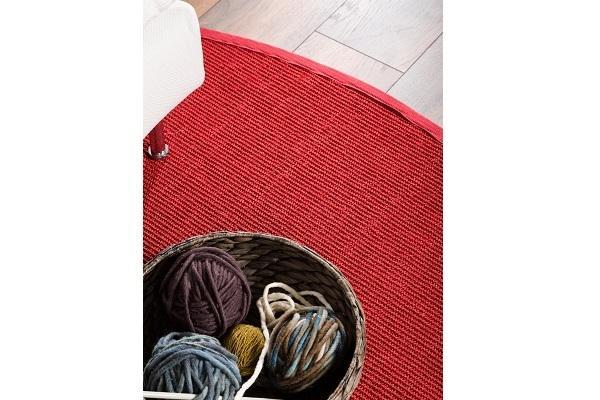 Dttagkio del tappeto rosso in sisal Benuta