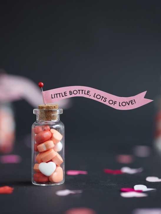 Una bottiglia con caramelle a forma di cuori per San Valentino