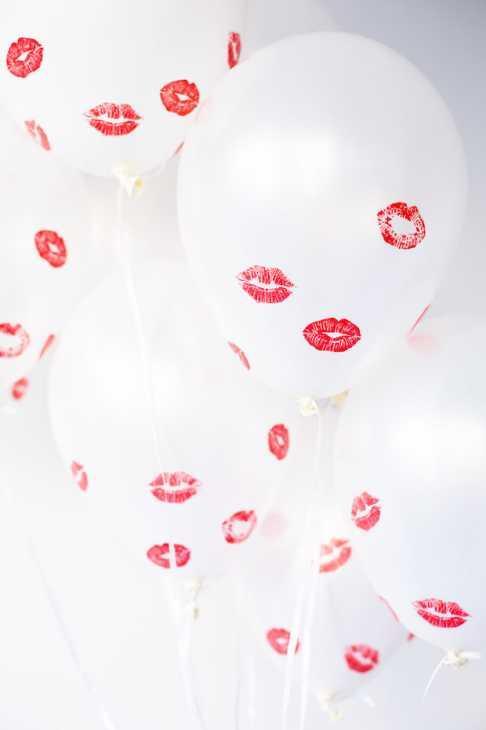 Palloncini con baci veri per la tavola di San Valentino, da studiodiy.com
