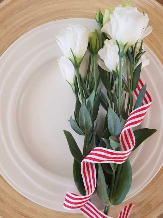 Fiori freschi come segnaposto per la cena di San Valentino