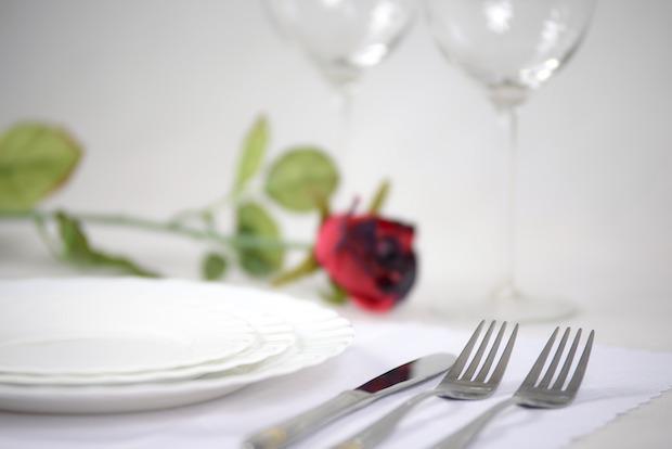 Una rosa rossa in tavola per la cena di San Valentino