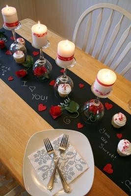 Cena di San Valentino: messaggi d'amore sul runner in carta lavagna, da hometalk.com