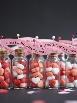 Cuoricini in bottiglia per la cena San Valentino in casa, da ohhappyday.com