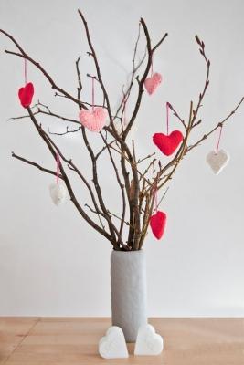 Centrotavola con rami secchi e cuori per la tavola di San Valentino, da foodliy.com