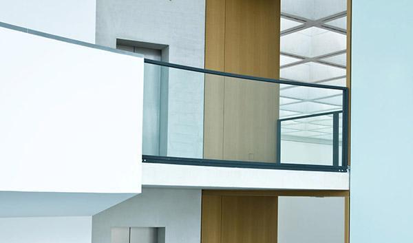 Esempio di parapetto misto in vetro e muratura