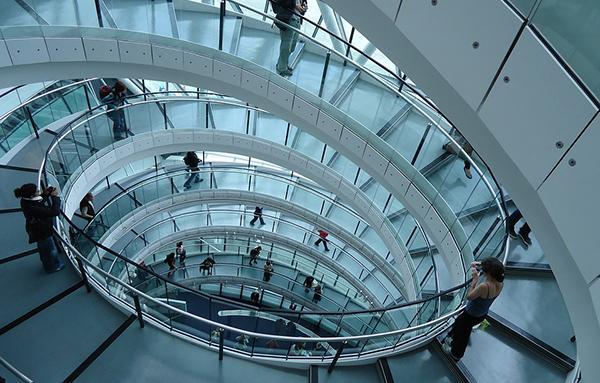 Grande scala con parapetto in vetro