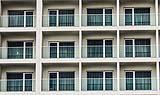 Edificio moderno con parapetti in vetro per balconi