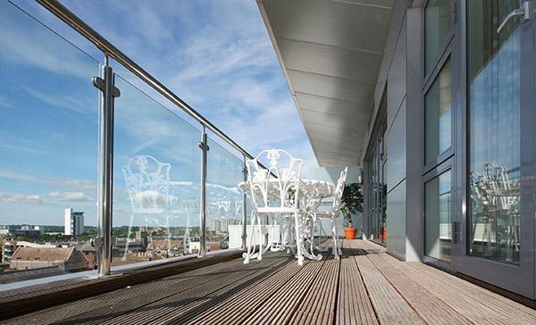 Terrazzo con ringhiere in acciaio e vetro