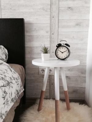 Tavolini in legno chiaro dipinti