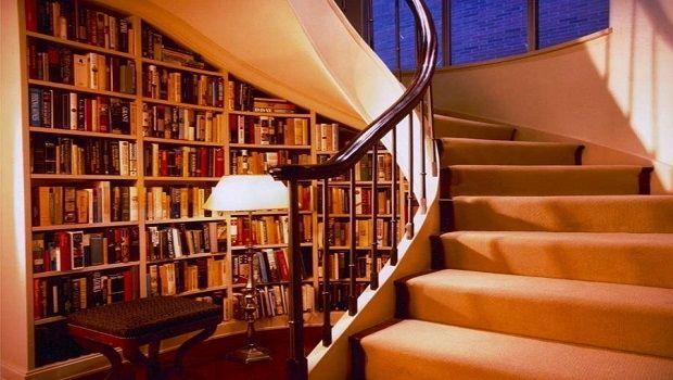 Come ottimizzare lo spazio nel sottoscala con una libreria