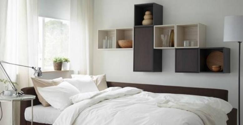 Un'altra idea per arredare la camera da letto usando delle mensole