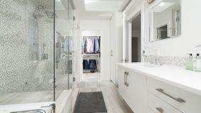 Come funzionano le piastrelle adesive per il bagno?