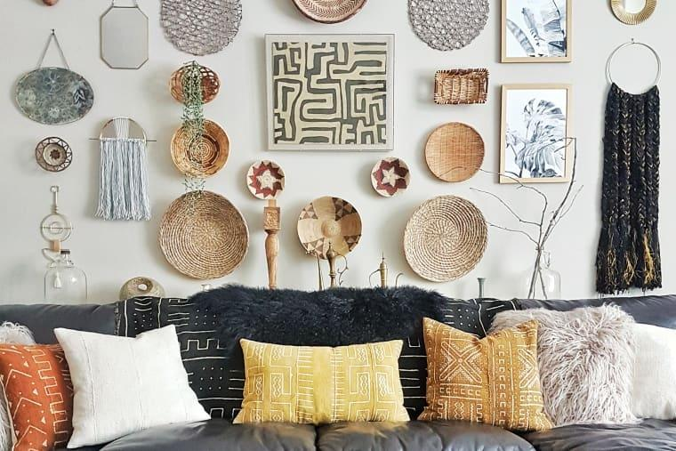 Decorare la parete salotto con i cestini, da apartmenttherapy.com