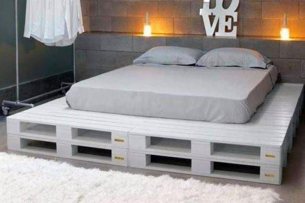 Riciclo creativo: struttura letto realizzata con pallet dipinti di bianco