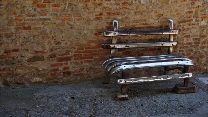 Riciclo creativo di componenti metalliche: panchina fabbricata con un vecchio paraurti