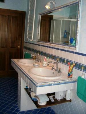 Bagno in muratura con lavabi a sbalzo - Vietri Ceramic Design