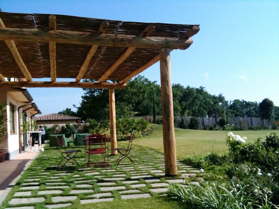 Pergola legno con canneto di copertura - Piangoli Legno