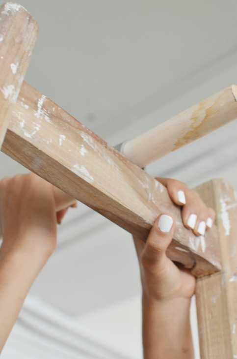 Idee riciclo creativo scala in legno: guardaroba, parte 2, da apairandasparediy.com