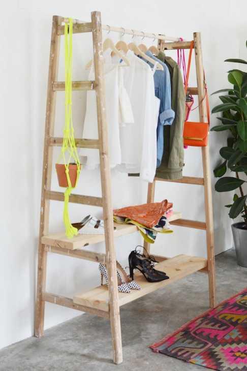Idee riciclo creativo scala in legno: guardaroba, da apairandasparediy.com