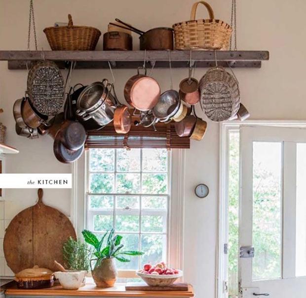 Usare una scala in legno per appendere le pentole in cucina, da thehousethatlarsbuilt.com
