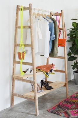 Riciclo creativo scale in legno: guardaroba, da apairandasparediy.com