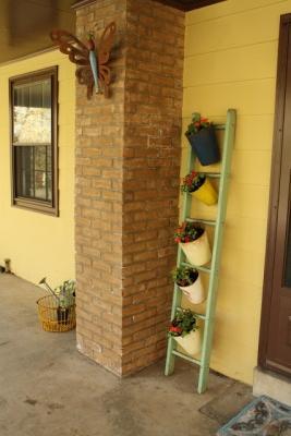 Riciclo creativo scale in legno: portavasi, da cassiebustamante.com