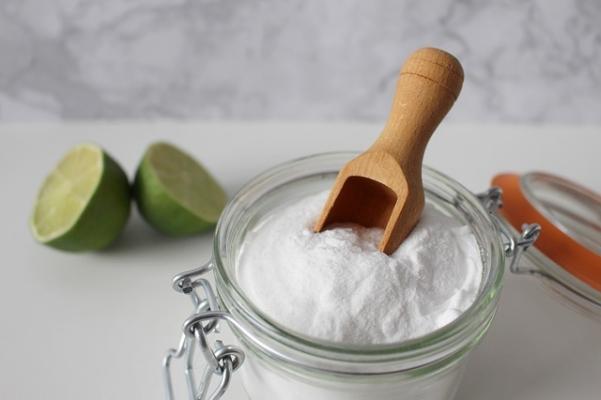 Il bicarbonato è il miglior alleato per pulire le posate in argento e in acciaio