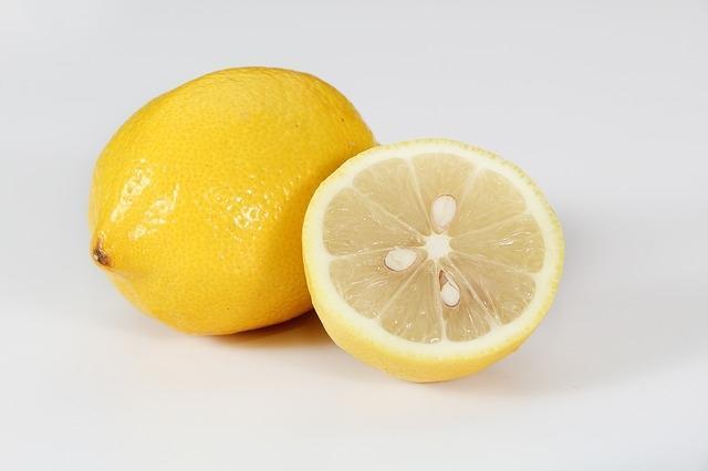 Il limone è efficace per lucidare le posate