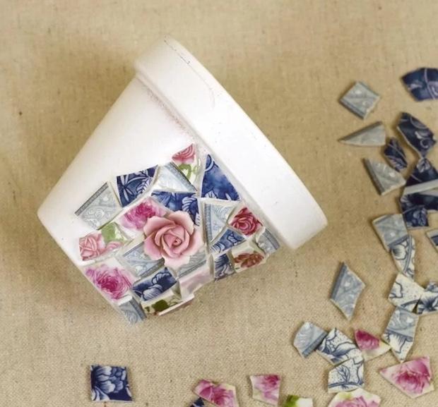 Mosaico di piatti spaiati per personalizzare i vasi delle piantine: parte 1, da kenarry.com
